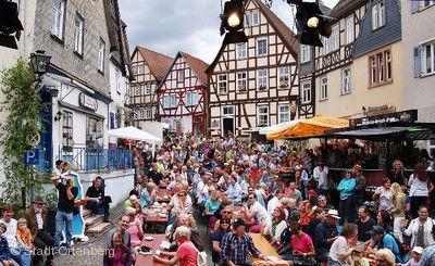 Altstadt pur in Ortenberg \ internationales Straßentheaterspektakel